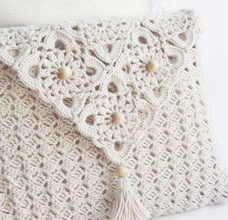Crochet purse with delicate motifs preview