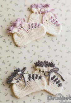 White crochet booties pattern wirh colored laces preview
